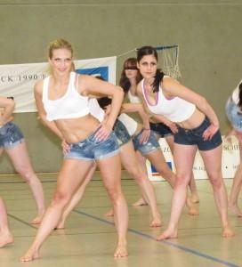 """Im Bereich des Breitensports bietet der Tanzclub """"Grün-Weiß Schermbeck"""" auch den Vogue-Tanz an. Die Gruppe, zu der sich weitere Interessenten anmelden können, zeigte am Sonntag Kostproben ihres tänzerischen Könnens. Foto Scheffler"""