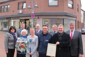 Vertreter der Gemeindeverwaltung und der Freiwilligen Feuerwehr Schermbeck dankten der Firma Beck für die großzügige Unterstützung der Feuerwehr. Foto Scheffler