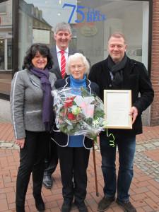 Bürgermeister Ernst-Christoph Grüter überreichte Gaby Beck, Irmgard Hüttemann und Günther Beck eine Urkunde als Dankeschön. Foto Scheffler
