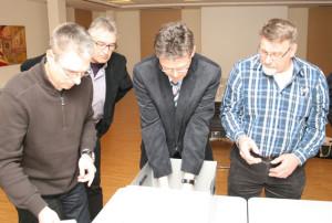 Norbert Dahlhaus (2.v.r.) nimmt unter dem prüfenden Blicken von Aufsichtsrat und Wahlausschuss die Stimmzettel aus der Wahlurne.