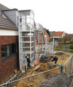 In der vergangenen Woche wurde der Fahrstuhl an der Nordseite des Dorfgemeinschaftshauses montiert. Foto Scheffler