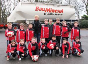 """Die Hertener Firma """"Baumineral"""" hat der Fußball-E-Jugend des SV Schermbeck schicke Trainingsanzüge geschenkt. Foto Scheffler"""