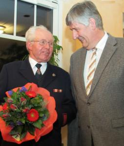 Bürgermeister Grüter (r.) gratulierte Werner Walbrodt zur 60-jährigen Zugehörigkeit zur Feuerwehr. Foto Scheffler