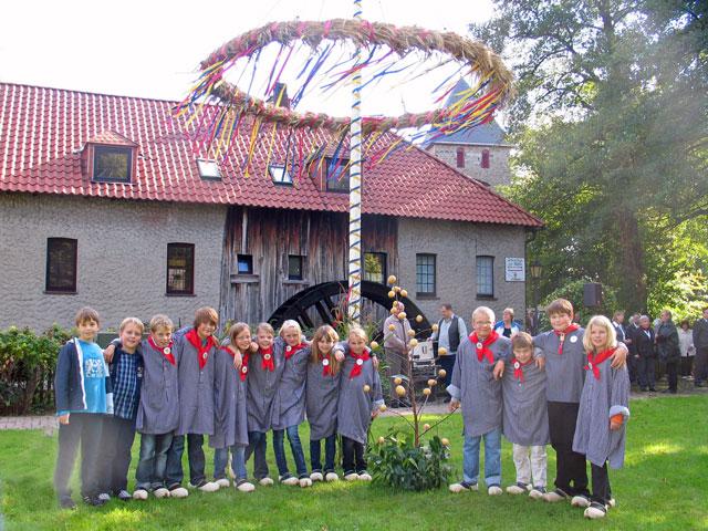 Seit 2008 werden Kinder in der Gemeinschaftsgrundschule im Rahmen einer Arbeitsgemeinschaft mit der plattdeutschen Sprache vertraut gemacht. Die Kinder sind seither schon mehrfach bei Gahlener Dorffesten aufgetreten. Die Aufnahme entstand beim Erntedankfest des Jahres 2010. Foto Scheffler