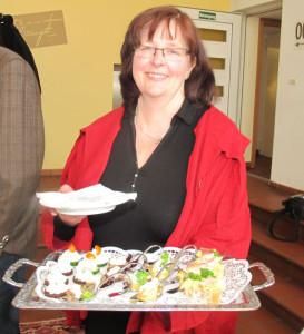 Christiane triptrap half beim Servieren des Fingerfoods. Foto Scheffler