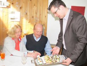 """Johannes Mühlenbrock half beim Servieren von Fingerfood in """"Nappenfeld´s Restaurant"""". Foto Scheffler"""