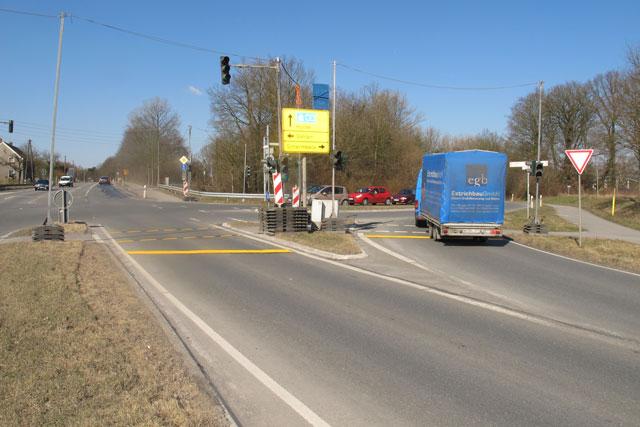Der Verkehr an der Kreuzung Maassenstraße/Hünxer Straße wird durch eine Ampelanlage geregelt.