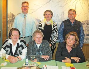 Zum Vorstand des VdK-Ortsverbandes Schermbeck gehören Hildegard Heyne, Renate Perrei, Martina Klobusch (vorne v.l.), Thomas Perrei (hinten l.) und Willi Schroer (hinten r.). Abgebildet ist auch die stellvertretende Kreisvorsitzende  Erika Heckmann (hinten, Mitte). Foto Scheffler