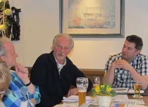 Alfred van Dalen (Mitte) berichtete über die Umweltskandale des BAYER-Konzerns. Foto Scheffler