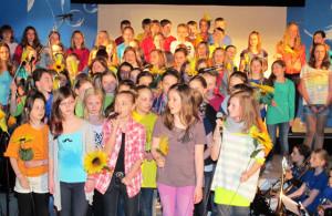 """Der 80-köpfige Schulchor stellte in der Aula der Gesamtschule auch das Schermbeck-Lied """"Komm nach Schermbeck"""" vor. Foto Scheffler"""