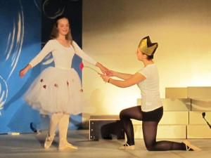 """Pia und Nele König vertanzten in ihrem kurzen Ballettauftritt Tschaikowskys märchenhaftes """"Panorama aus Dornröschen"""". Foto Scheffler"""