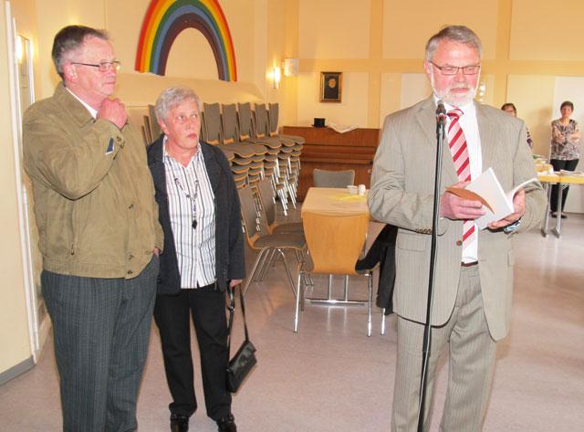 Egon Unterberg (r.) dankte Inge und Rainer Zeppen (l.) für die Übertragung des Gahlener Bauernrechtes.