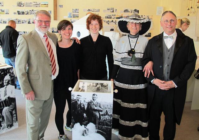 Jürgen Höchst und Marianne Becks begrüßten am Montagabend im historischen Outfit die Besucher einer Ausstellung, die von Mareike Hundt, Johanna Unterberg und von Egon Unterberg (von rechts) gestaltet wurde. Foto Scheffler