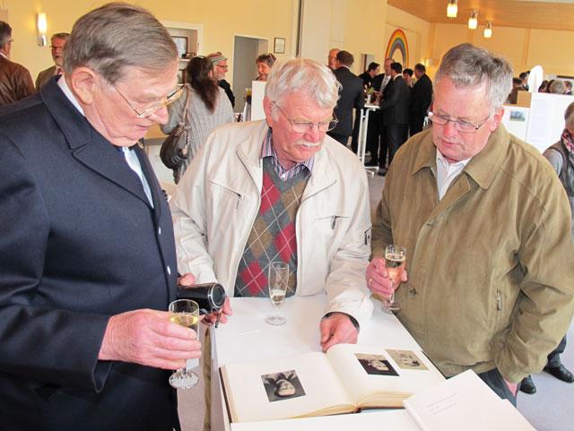 Siegfried Biedermann, Gerhard Becks und Rainer Zeppen (v.l.) interessierten sich sehr für die Bilder in einem Fotoalbum. Foto Scheffler