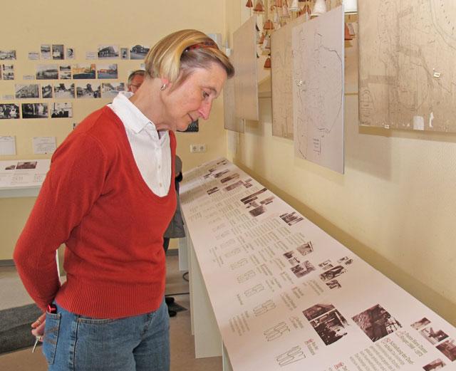 Kernstück der Ausstellung ist eine rund 30 Meter lange Zeitleiste, auf der die Meilensteine der Gahlener Geschichte seit der ersten urkundlichen Erwähnung bis zur Gegenwart in prägnanten Sätzen verzeichnet sind. Foto Scheffler