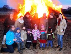 Zum Brichter Osterfeuer kamen zahlreiche Familien mit ihren Kindern. RN-Foto Scheffler