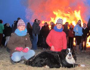 Zum Brichter Osterfeuer kamen zahlreiche Familien mit ihren Kindern. Foto Scheffler