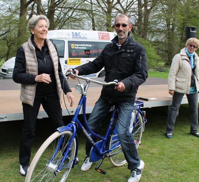 Präsidentin Ursula Paul gratulierte dem glücklichen Gewinner Heinz Kurka zum Fahrrad