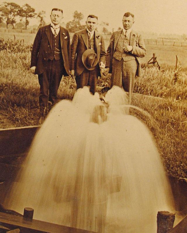 In den 1930er-Jahren, als das Wasserwerk noch nicht so viele Kubikmeter Wasser im Gahlener Raum förderte, schoss das Wasser in so genannten artesischen Quellen in der Gahlener Lippeaue durch natürlichen Druck aus der Erde. Repro Scheffler