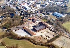 Das Gelände der ehemaligen Dachziegelwerke Idunahall kann künftig gewerblich genutzt werden. Die Vermarktung des 59 000 Quadratmeter großen Geländes ist ab sofort möglich. Luftbild Scheffler
