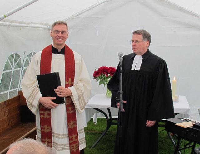 Pastor Klaus Honermann (l.) und Pfarerr Dieter Hofmann (r.) feierten  mit mehr als 100 Besuchern einen ökumenischen Gottedienst. Foto Scheffler