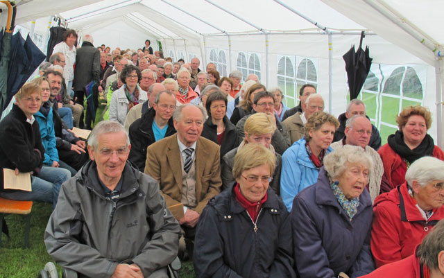 Im Zelt auf dem Hof der Küsterin Ute Jung (-Schulte) feierten katholische und evangelische Christen am Pfingstmontag einen ökumenischen Gottesdienst. Foto Scheffler