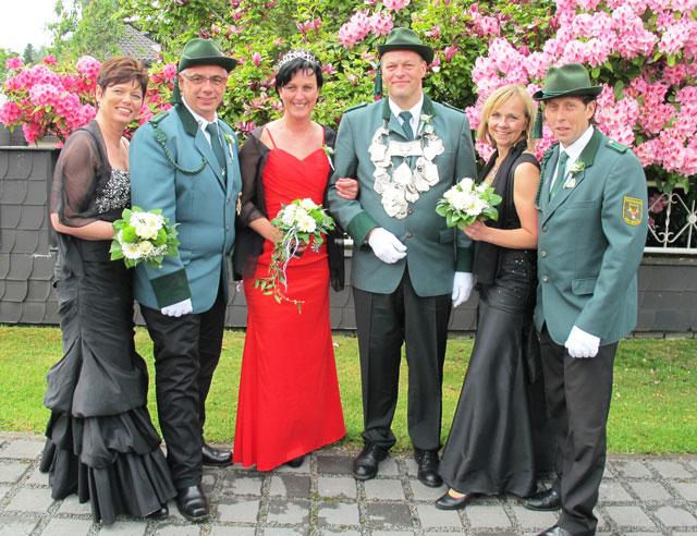 Das Hofpaar Anja Schulte/Dietmar Sadlo unterstützt die neuen Majestäten Stefanie Wengel/Ralf Krechter ebenso wie das Hofpaar Silke Terhart/Henning Schwiese (v.l.). Foto Scheffler