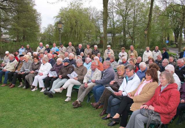 In unmittelbarer Nähe des Gahlener Maikranzes beteiligten sich etwa 130 Gäste auf dem Platz vor der Dorfmühle am offenen Singen des Männergesangvereins Gahlen-Dorf.Foto Scheffler