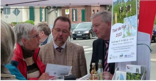 Landrat Dr. Ansgar Müller (links) und der Moerser Bürgermeister Norbert Ballhaus beim Marktgespräch