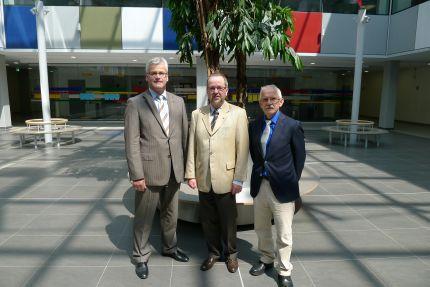 von links: Kreiskämmerer Peter Giesen, Schulleiter Günter Kohls, Landrat Dr. Ansgar Müller vor dem neuen Baum im Foyer