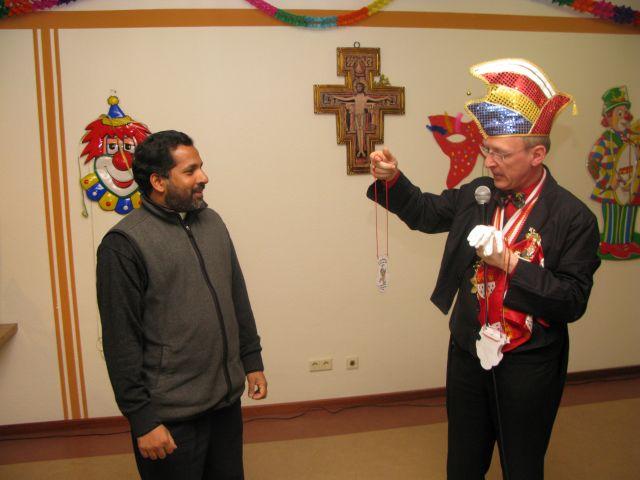 Am 1. Februar 2008 beteiligte sich Pater Antony (l.) an der Karnevalsfeier im Marienheim. Vom Einrichtungsleiter Klaus P. Optenhövel (r.) erhielt er einen Orden. Foto: Helmut Scheffler