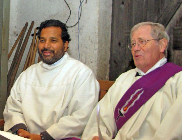 """Das Foto zeigt Pater Antony (l.) und Diakon Ekkehard Liesmann am 19. Dezember 2012 beim """"Gottesdienst"""" im Stall auf dem Hof Große-Gehling in Uefte. Foto: Helmut Scheffler"""
