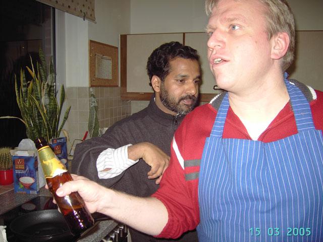 """Am 15. März. 2005 war Pater Antony zu Gast beim Männerkochclub der Georgsgemeinde. Gemeinsam wurde ein original indisches Gericht gekocht. """"Es war ein sehr lustiger und unterhaltrsamer Abend in ökumenischer Atmosphäre"""", erinnert sich Michael Knoll und ergänzt, """"nochmals einen ganz lieben Dank an Pater Antony."""""""