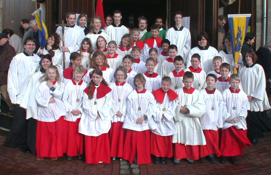 8. Februar 2004: Pater Antony ließ sich mit den neuen Messdienern fotografieren. Foto: Helmut Scheffler