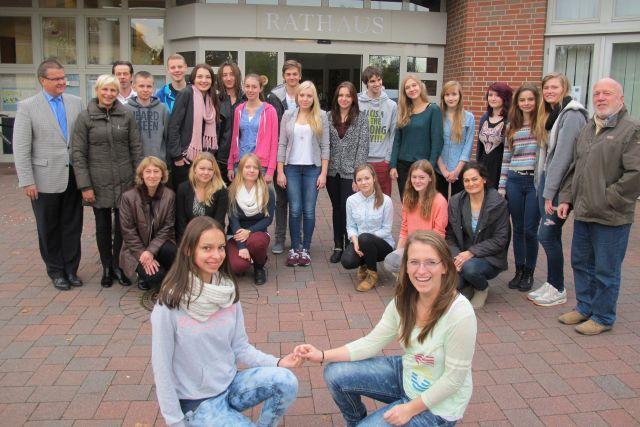 So wie bei Ula Wisniewska und Kathrin Einhaus-Bergmann (im Vordergrund) sind auch zwischen den übrigen Schülern aus Schermbeck und Lublin während der vergangenen Woche Freundschaften gewachsen. Foto Scheffler