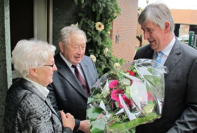 Bürgermeister Ernst-Christoph Grüter gratulierte dem Diamanthochzeitspaar Maria und Johann Bienbeck. Foto Scheffler