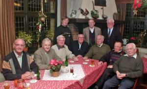 """Die komplette Mannschaft des Kegelclubs """"Muskelkater"""" im Dezember 2002: Sitzend (v.l.): Josef Vortmann, Josef Hörning, Richard Schürmann, Heinz Cremerius, Franz Besten, Heinz David-Spickermann, Hans Rademacher. Stehend (v.l.): Heinz Grewing, Willi David-Spickermann, Hännes Köster. Foto: Scheffler, 3.12.2002."""