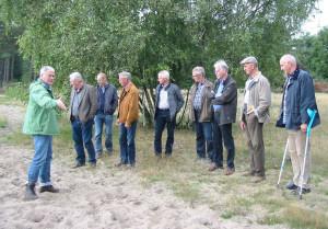 Wilhelm Itjeshorst von der Biologischen Station (links im Bild) erläutert den Landschaftswächtern die Vegetation der Aaper Vennekes.