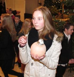Nach dem Gottesdienst durfte jeder Firmling ein Erinnerungsgeschenk mit nach Hause nehmen.. Foto Scheffler