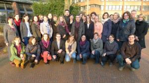 Schulamtsdirektorin Anna Maria Eicker (2. Reihe links) mit den neuen Lehrkräften vor dem Kreishaus in Wesel