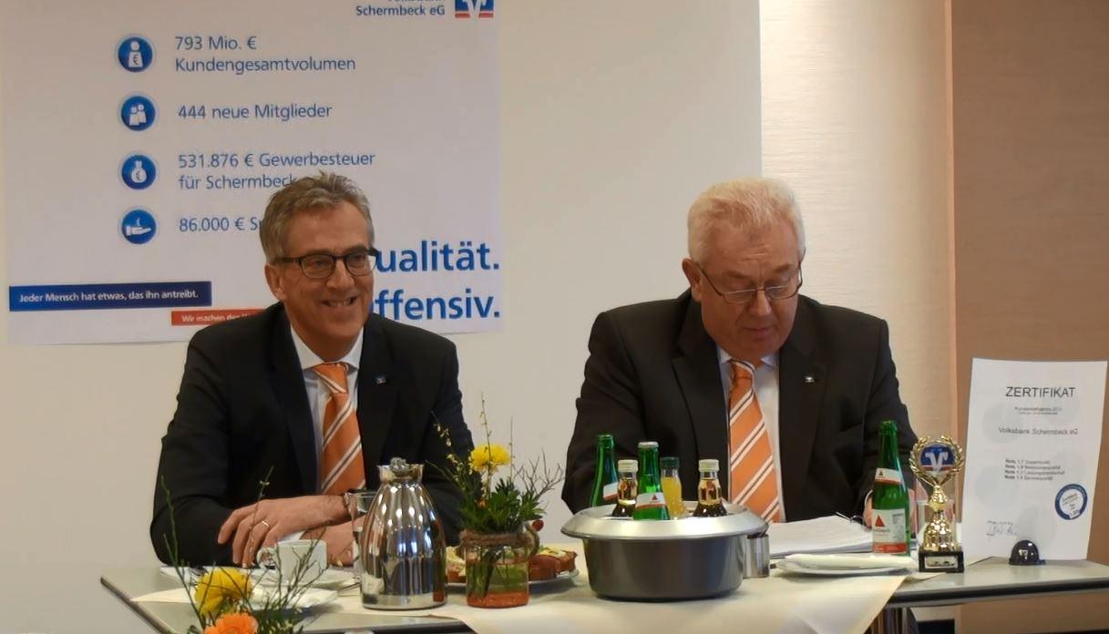 Jahresbilanz der Volksbank Schermbeck - Rainer Schwarz (li.) und Wilhelm Köster zeigen sich zufrieden