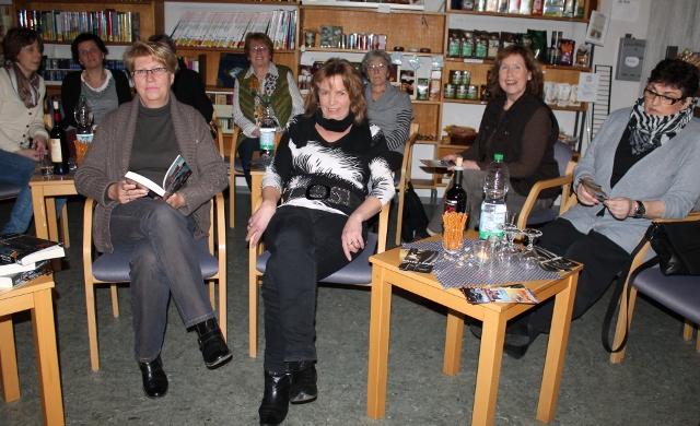 Nur ein kleiner Kreis Zuhörer versammeltete sich um Krimiautorin Heidrun Bücker