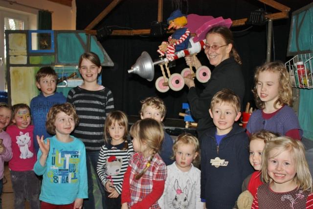 """Dorothee Wellfonder und Heidrun Höfling vom Wodo Puppentheater aus Mülheim, begeisterten die Kinder  auf liebevolle Weise, mit dem Stück """"Die neugierige kleine Hexe"""""""