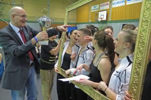 Ralph Brodel stiftete den erfolgreichen Tänzern Pokale. Foto Scheffler