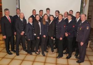 Bürgermeister Ernst-Christoph Grüter (l.) und Wehrleiter Gregor Sebastian (r.) gratulierten den beförderten Feuerwehrkameraden. Foto: Scheffler