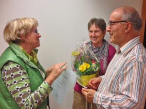 Vorsitzende Eva-Maria Zimprich ehrte Elfriede und Hocine Chadi (v.l.) für 20-jährige Vereinszugehörigkeit. Foto privat