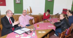 Obwohl nur zwei Schülerinnen zum Treffen mit René Stinka (l.) und Ralph Brodel (2.v.l.) kamen, fiel das geplante einstündige Gespräch über die politische Mitwirkung junger Menschen nicht aus. Foto Scheffler
