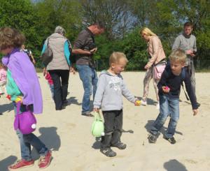 Im Sand des Beachvolleyballfeldes suchten die Kinder nach farbigen Plastikeiern. Foto Scheffler
