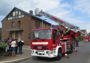 Um zwei eingeschlossene Bewohner des Hauses am Bösenberg zu retten, wurde die Drehleiter der Freiwilligen Feuerwehr Schermbeck benötigt. Foto Scheffler