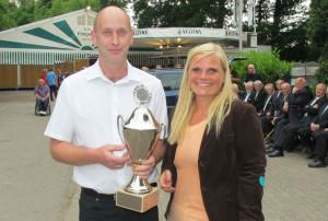 Michael Haese gewann beim ersten Familientag den Pokal der Verbands-Sparkasse Wesel. Sonja Kanzenbach überreichte beim Schützenfest den Pokal. Archivfoto Scheffler